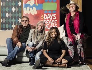 Mikael Rickfors, Dan Hylander, LaGaylia Frazier och Py Bäckman i Woodstocks svenska hyllningsupplaga 2019. Vi får se om de är klädda i hårband och klotrunda glasögon på scen. Rickfors har i alla fall börjat rota i garderoben hemma efter sina gamla hippiejackor med fransar för att få rätt look till turnén.