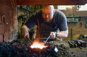 Smedjan på Gålsjö Bruk har en historia sedan järnbrukstiden och är fortfarande användbar. Smeden Ian Backhouse arbetade under en tid på Gålsjö.