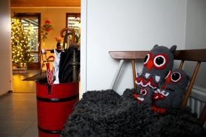 När man kliver in i 60-talshuset på Skiljebo välkomnas man av virkade ugglor.