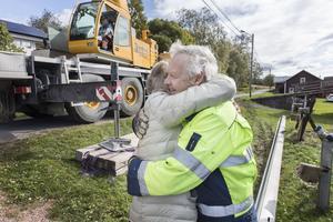 """Olof Hallenborg får en kram av Sigrid Eriksson. """"Det är fantastiskt som han har jobbat"""", säger hon."""