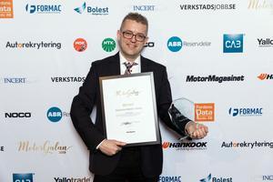 Fabian Hästbacka med priset Årets bildelsbutik.