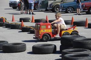 De yngre åskådarna kunde prova köra bärgningsbil.
