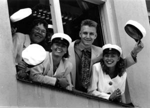 Anders Olsén, Sara Eriksson, Johan Öhrnell och Lotta Hagerlind i So2c firade skolavslutning 1992.