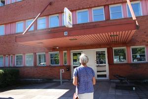 Margareta Andersson på väg in till polisen i Ludvika för att överklaga.