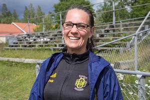 Linda Nyberg är tränare i Ösmo GIF Fotboll och ansvarig för tjejcampen. Hon brinner för tjejfotbollen och vill att fler ska hitta till sporten.