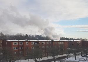 Branden vållade kraftig rökutveckling. Läsarbild/Sara Nord.