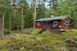 Fritidshuset har trots sin enkla standard faktiskt fungerat som permanent boende under flera år. Lantbruksegendom med 3,8 ha skog där jakträtt ingår. Foto: Patrik Persson.