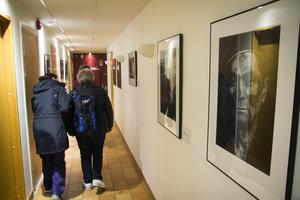 Utställningen i en korridor på Bomhus Folkets hus.