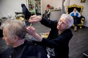 Sally Sundström klipper en av sina sista kunder, Märta Sellen, efter 75 år som frisör. Nu går hon i pension med ålders rätt.