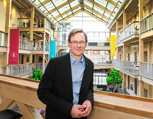 Anders Fällström, rektor vid Mittuniversitetet, är fortfarande skriven i Umeå.