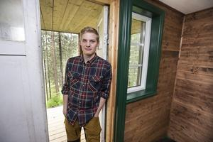 Nils Ekenlund i dörröppningen av stugan.