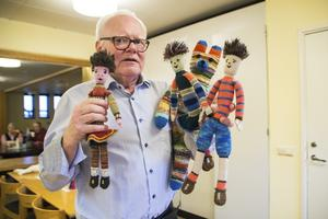 Lars-Erik Pherzon visar upp de stickade dockorna som är väldigt uppskattade bland barnen.