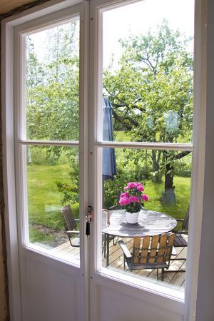 Från köket kan man numera kliva rätt ut på uteplatsen och trädgården. Altandörren – liksom alla fönster i utbyggnaden – är tillverkade lokalt i Ockelbo av Pärlans Bygghantverk.