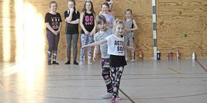 Barnen får lära sig steg över golvet och koordinationer.