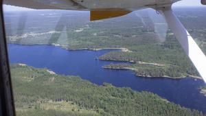 Sjön Gisslaren nära gränsen mellan Uppsala och Stockholms län från ovan.