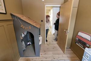 Sonen Arvid Kårebrand har fått en platsbyggd kiosk i sitt rum.
