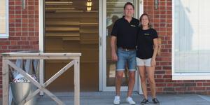 MT's Djurartiklars ägare Maria Jansson och Tomas Grundelius är glada över att få vara kvar på