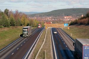 Sänkt medelhastighet med 1  kilometer i timmen skulle rädda 15 liv om året när olyckor inträffar, beräknar Trafikverket.