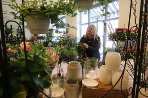 Det är blommor högt och lågt hos Mona Godlund, som öppnade Blomsterboden i Kumla under fredagen.