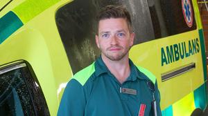Johan Örberg är sjuksköterska i ambulans vid Region Västmanland.  Han tror att SMS-livräddning kan vara gynnsamt i ett tidigt skede av ett hjärtstopp.