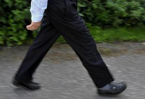 Många promenerar på gångvägen och de skulle säkert uppskatta en städinsats, skriver A-son. Bilden har inget direkt samband med insändaren.