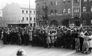 farväl. De ryska officerarna i Hagaström blev populära hos lokalbefolkningen. Här tar Gävlebor farväl av en grupp soldater som skulle ta ett tåg till Stockholm.