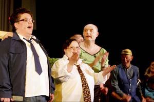 I avslutningsnumret sjunger alla som medverkat i föreställningen Pensinat Humlan.