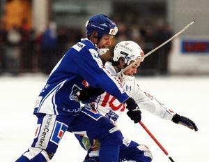Daniel Andersson i duell med Ari Holopainen, numera tränare i IFK Vänersborg, i 2003 års annandagsderby Vänersborg–Villa. Vänersborg vann med 7–6.