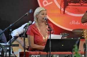 Mångsidig artist. Tina Ahlin är en av artisterna i årets turné, musiker, sångare, kompositör, programledare.