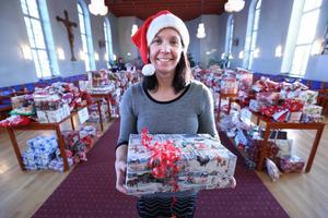 En rörd Martina Bergman i Hagakyrkan just innan 2 000 julklappar började delas ut. Bilden visas samtidigt på Borlängebornas givmildhet.