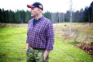 Lars-Ola Ericsson i Vikaränget har många betande djur på gården. Skyddande elstängsel är en självklarhet, då varg setts av grannar och då även någon form av rovdjursattack antas ha skadat stängslet utifrån för ett par månaders sedan.