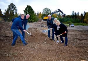 I oktober i fjol tog Lennart Eriksson, Christer Lindborg, Sune Hemmingsson, Lena Lorenz och Paula Jäverdal ett första symboliskt spadtag för boendet.