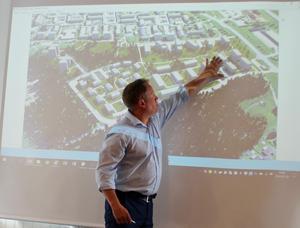 Tunabyggens vd Jörgen Olsson pekar på den del av det nya bostadsområdet där bostadsrätter ska  byggas  i ett  samriskbolag med en privat aktör.