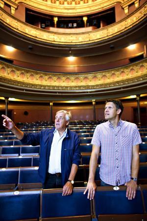 CICERONER. Sven-Erik Ekdahl och Jonas Elverstig leder stadsvandringen på Gävle teater i kväll.
