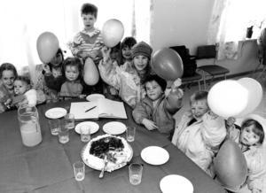 1991 fick Alsen sitt första daghem. Byalaget stod för kostnaden och det mesta av byggjobbet utfördes ideellt av byborna. Invigningen firades med tårta och ballonger. Foto: Anneli Åsén