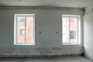 Fina fönster på rad med utsikt mot Läkerolbyggnaden.