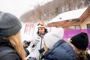 Anna Swenn- Larsson blir intervjuad av media efter beskedet att Damernas slalom ställdes in på grund av dåligt väder.Foto: Joel Marklund / BILDBYRÅN