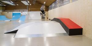 Casper Rosendahls favorit i skejthallen är denna så kallade pyramidramp som han här på bilden hoppar på med sin kickbike.