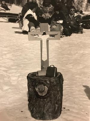 Under en påskgudstjänst fick en huggkubbe agera altare.Bild: Olle Andersson