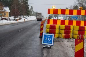Tidigare i november sänkte Trafikverket hastigheten på en del av väg 50 till 30 kilometer i timmen. Nu är den blå skylten utbytt till en vanlig röd och gul, men det är fortfarande 30 som gäller.