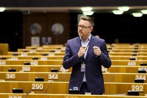 Fredrick Federley (C) ställer frågor till statsminister Stefan Löfven när han besökte EU-parlamentet. Foto: Europeiska Unionen 2019