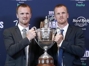 Våren 2018 sa Daniel och Henrik hejdå till hockeyn. Här poserar de med priset King Clancy Memorial Trophy under NHL Awards samma år. Foto: TT.