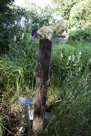 Skulpturen heter Badvakt och är placerad nere vid älven.