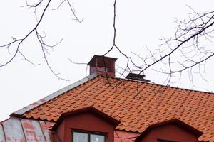 I boken beskriver Hans hur han som liten grabb klättrade ut på taket genom vindskupan.