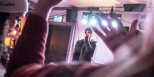 Fullt ös när rapparen Kitok stod på scen i Sveg på fredagskvällen.