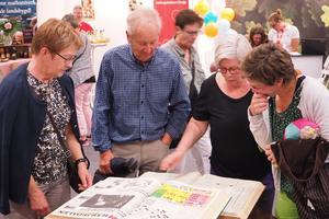 Gunilla och Melving Söderqvist, Margaretha Silver och Anna Carin Zidek fastnade vid ett lägg med gamla nummer av Tidningen Härjedalen i TH:s monter på mässan.