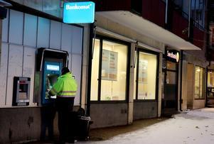 Swedbank lägger ner och Nordea har lagt ner. Ett minimikrav borde vara att nedläggande bank ordnar kurser i internetbanking, skriver Lennart Olsson.