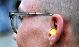 Öronproppar eller andra öronskydd kan vara bra att ha vid Summer Meets mer högljudda tillfällen. Annars riskerar man permanenta hörselskador.