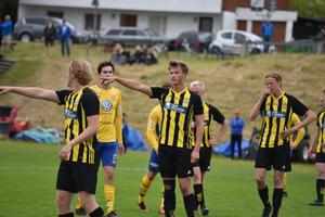 Calle Nordins (mitten) Friska Viljor har inlett Gothia Cup på bästa sätt. Laget är klart för a-slutspel i P18.