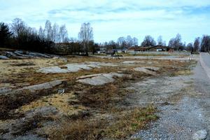 Så här såg området ut våren 2015 innan området började byggas. Nu står 18 radhus och ett parhus på tomten. Nästa höst är även de 20 bostadsrätterna färdiga.